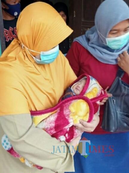 Proses evakuasi bayi oleh Bidang Pelayanan dan Rehabilitasi Sosial Dinsos Kabupaten Probolinggo. (Foto: Mabrur/ ProbolinggoTimes)