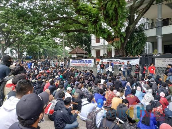 Suasana demonstran saat orasi (Hendra Saputra)