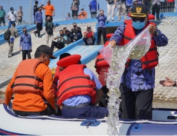 136 Ribu Benih Ikan Disebar Wali Kota Madiun di Embung Pilang Bango
