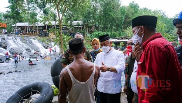 Calon Bupati Malang, Sanusi dari paslon SanDi nomor urut 1 (mengacungkan jempol) saat mendengarkan aspirasi masyarakat dan pengelola wisata Sumber Maron