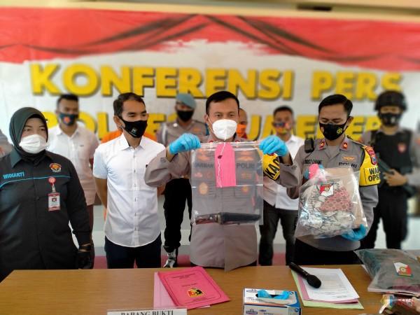 Kapolres Sumenep AKBP Darman menunjukkan barang bukti pendukung kasus pembuangan bayi di Puskesmas Gapura, Sumenep. (Foto: Syaiful Ramadhani/JatimTIMES)