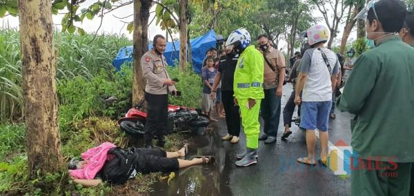 Petugas Kepolisian saat mengevakuasi korban (Joko Pramono for Jatim TIMES)