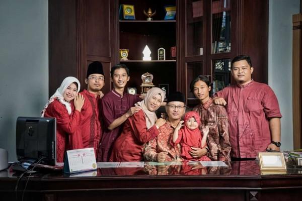 Rektor UIN Malang, Prof Dr Abdul Haris MAg bersama keluarga. (Foto: istimewa)