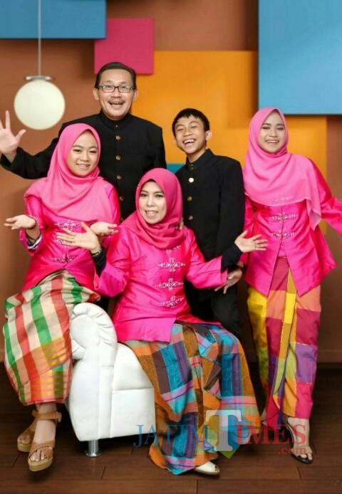 Wakil Rektor Bidang AUPK UIN Malang, Dr Hj Ilfi Nur Diana MSi bersama keluarganya. (Foto: istimewa)