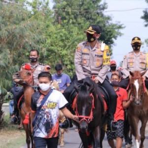 Dengan Berkuda, Kapolres Madiun Melakukan Baksos serta Sosialisasi