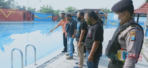 Inafis Polres Tulungagung  memeriksa titik ditemukanya korban di kolam renang. (Joko Pramono for Jatim TIMES)