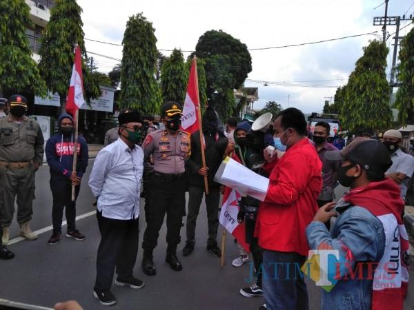 Temui Aksi Masa, Ketua DPRD Trenggalek Minta Mahasiswa Percaya Wakil Rakyat
