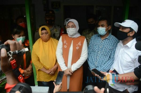 Menaker Ida Fauziyah (tengah, baju oranye) saat bersilaturahmi ke pekerja penerima BSU di Malang. (Foto: Ima/MalangTIMES)