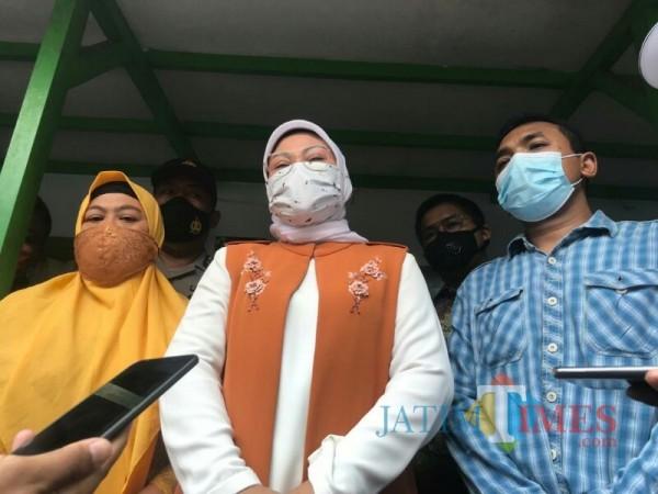 Menteri Ketenagakerjaan (Menaker) RI Ida Fauziyah (tengah) saat berkunjung ke Malang. (Foto: Ima/MalangTIMES)