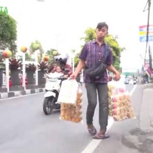 Berjalan Puluhan Kilo Jualan Kerupuk, Pemuda Difabel Ini Bercita-cita Jadi Pengusaha