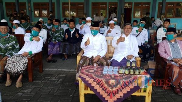 Sanusi Calon Bupati Malang dari paslon SanDi nomor urut 1 (tengah), saat menghadiri upacara peringatan Hari Santri Nasional (Foto: Istimewa)
