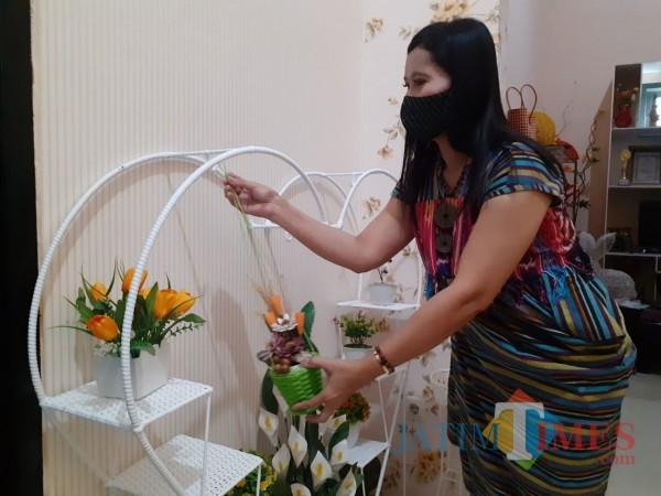 Pemilik Dona Doni Rattan Galery, Misriwati Agustina saat menunjukkan produk hiasan rotan gantung. (Arifina Cahyanti Firdausi/MalangTIMES).