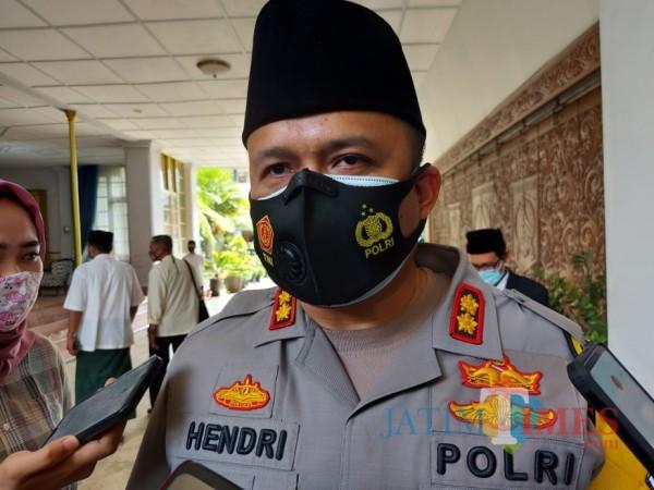 Kapolres Malang AKBP Hendri Umar saat ditemui awak media usai acara peringatan Hari Santri Nasional, Jumat (23/10/2020). (Foto: Tubagus Achmad/MalangTimes)