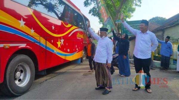 Paslon nomor urut 1 SanDi, Sanusi (pakai sarung) dan Didik Gatot Subroto (depan kanan) saat memberangkatkan rombongan ziarah wali secara gratis. (Foto : Istimewa)
