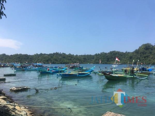 Perahu-perahu nelayan sedang berlabuh di Pantai Sendangbiru, Kabupaten Malang. (Foto: Ashaq Lupito/MalangTimes)