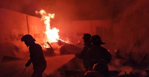Proses pemadaman api di gudang mebel milik Kaser. (Istimewa)