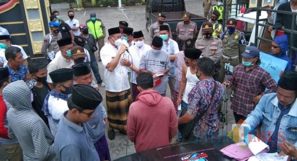 Tampak kadinkes saat menerima massa pendemo di depan Kantor Dinkes Bangkalan. (Foto/ Redaksi JatimTimes)