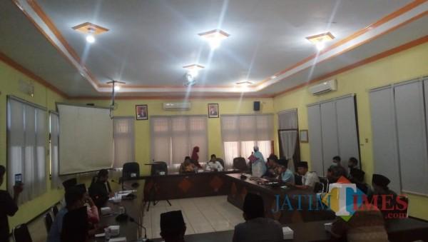 Sejumlah warga Desa Pocong  diterima di ruang Banggar DPRD Bangkalan. (Foto/ Redaksi JatimTimes)