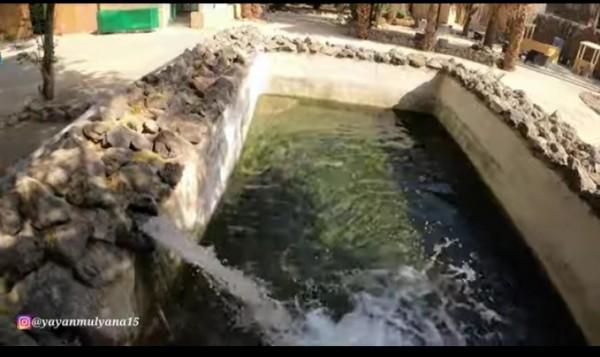 Air dari sumur peninggalan Rasulullah SAW yang masih mengalir deras hingga saat ini. (Channel YouTube Alman Mulyana).