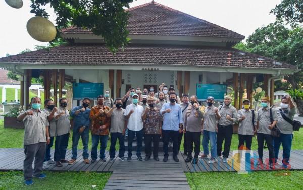 Foto bareng peserta semnar dengan nara sumber di Pendapa Sabha Swagatha Blambangan Banyuwangi. (Nurhadi Banyuwangi Jatim Times)