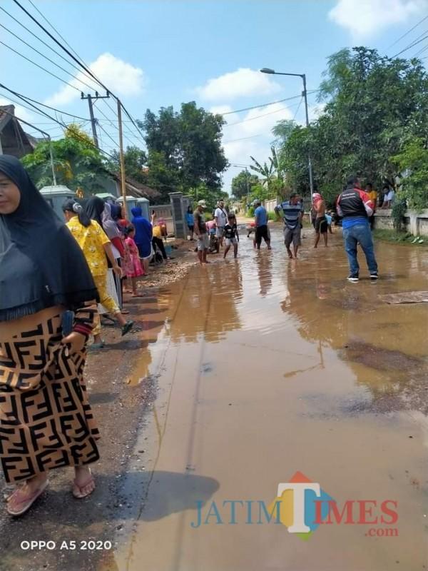 Kecewa Berat, Warga Jadikan Jalan Rusak untuk 'Beternak' Ikan Lele