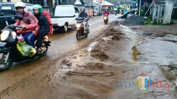 Banjir bercampur lumpur terjadi beberapa saat lalu di Desa Sumber Brantas. (Foto: istimewa)