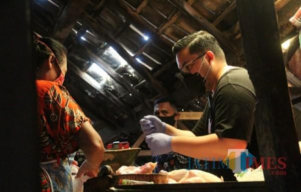 Calon Bupati Kediri Hanandhito Himawan Pramono blusukan ke pasar tradisional.(ist)