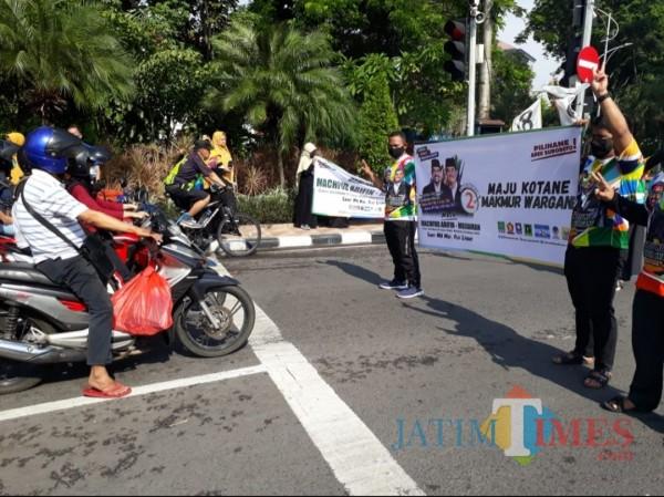 Flashmob yang dilakukan barisan sayap muda partai yang berbasiskan Islam di Surabaya