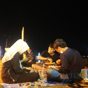 Warung Ini Tawarkan Sensasi Makan di Tepi Sungai Brantas, Suasana Indahnya Bikin Betah