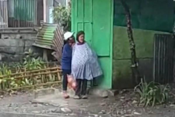 Potongan gambar rekaman video saat aksi tak terpuji wanita muda bertopi kepada seorang nenek tua (Ist)