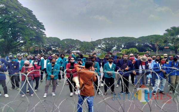 BEM Malang Raya yang melakukan aksi Unras menolak UU Cipta Kerja (Anggara Sudiongko /MalangTIMES)