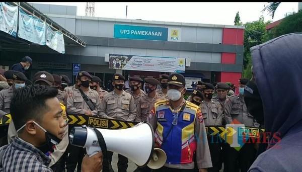 Barisan Pemuda Bangkalan saat mendatangi kantor PLN UP3 Pamekasan. (Foto/ Redaksi JatimTimes)