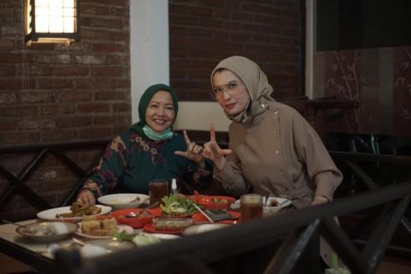 Calon Bupati Malang Lathifah Shohib (baju hijau) saat bersama Arzeti Bilbina (baju cokelat) beberapa waktu lalu. (Foto: Dok. Malang Bangkit)