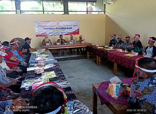 "Dinas Perdagangan Perindustrian dan Tenaga Kerja Kabupaten Ngawi melaksanakan pelatihan finishing kayu ""Workshop Kayu"""