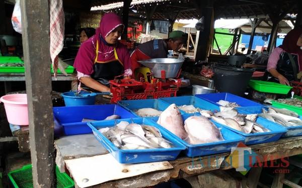 Ikan segar yang dijual di Pasar Ngemplak Tulungagung. (Foto: Anang Basso / Tulungagung TIMES)