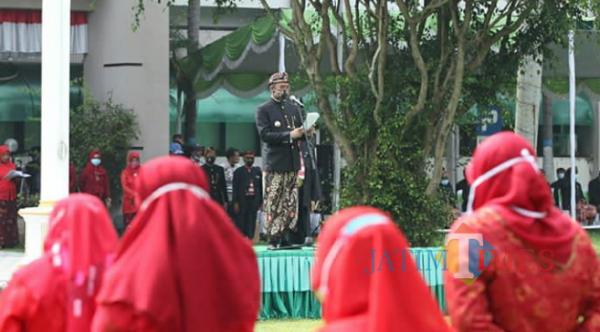 Bupati Bangkalan mengenakan baju adat Madura saat pimpin upacara di halaman Pemkab Bangkalan