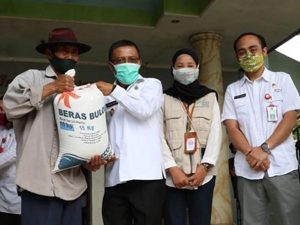 Wakil Wali Kota Batu Punjul Santoso saat menyalurkan bantuan beras di Kelurahan Sisir beberapa saat lalu. (Foto: istimewa)