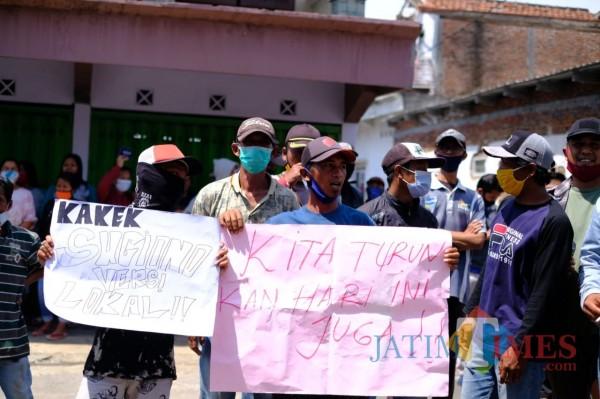 Warga saat melakukan aksi demo di depan Balai Desa Ngenep, Kecamatan Karangploso, Kabupaten Malang, Senin (26/10/2020). (Foto: istimewa)