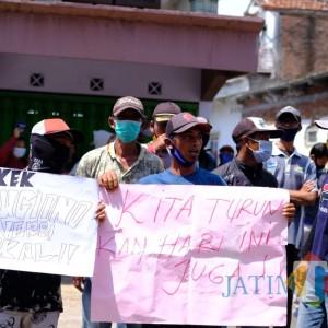 """Kades Ngenep Didemo karena Dugaan Setubuhi Pembantu,  Warga Sebut """"Kakek Sugiono"""" Lokal"""