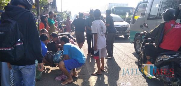 Warga saat mengevakuasi korban. (Foto: M. Ali Makrus/Jatim TIMES)