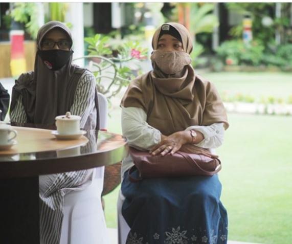 Salah satu perwakilan warga pemilik rumah di Perumahan Rawa Bhakti Residence saat bertemu Maidi.
