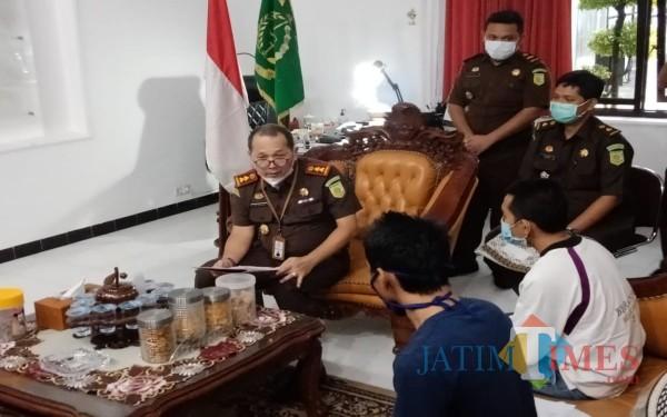 Kajari Jombang Yulius Sigit Kristanto bersama dua tersangka yang menerima restorative justice. (Foto : Adi Rosul / JombangTIMES)
