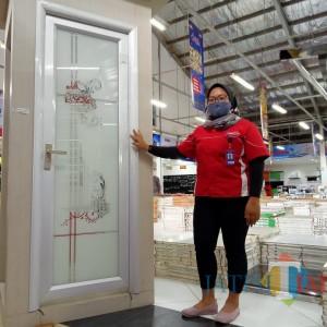 Pintu Kamar Mandi Kaca dari Graha Bangunan Sulap Hunian Lebih Menawan
