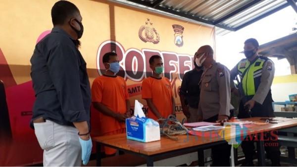 Kedua tersangka pencurian sapi (baju tahanan warna oranye) saat sesi rilis di Polsek Poncokusumo berlangsung (Foto : Istimewa)