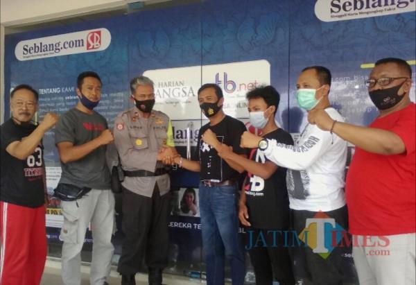 Poto bareng polisi dengan jurnalis setelah saling memaafkan (Nurhadi Banyuwangi Jatim Times)