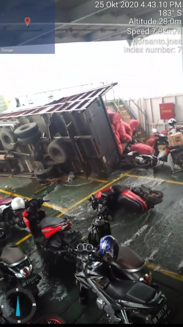 Dihantam Ombak, Kapal Feri Bergoyang, Truk dan Sepeda Motor Terguling