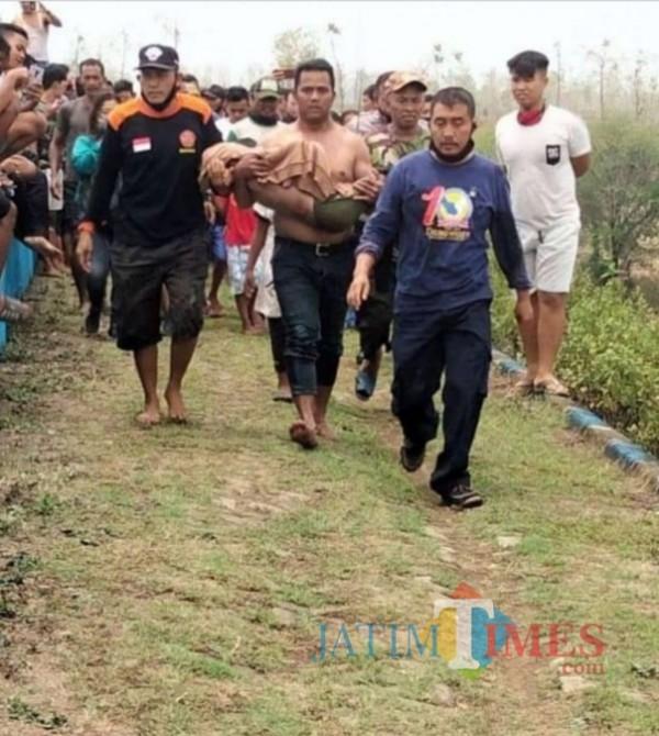 Korban dievakuasi warga setelah ditemukan di  Waduk Dawuhan.