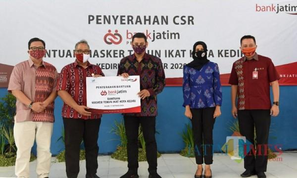 CSR Bank Jatim Berupa 10 Ribu Masker Tenun Ikat, Penyaluran Kartu Sahabat Libatkan Ratusan Tukang Becak