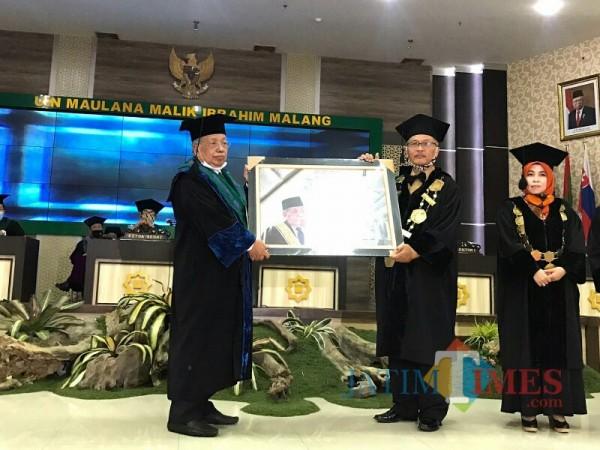 (dari kiri) Prof Imam Suprayogo saat menerima pemberian puisi dari Rektor UIN Malang Prof Haris. (Foto: Ima/MalangTIMES)