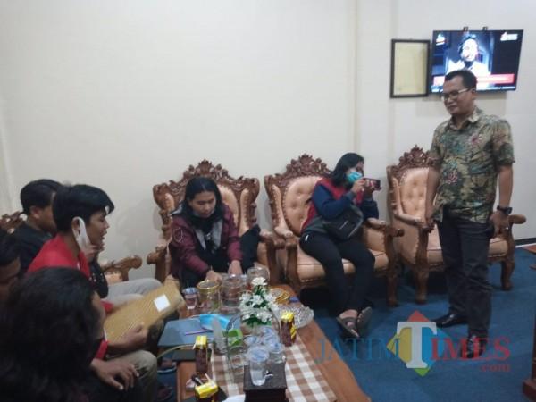Wakil Ketua DPRD Kabupaten Tulungagung Adib (berdiri) saat menemui perwakilan mahasiswa. (Joko Pramono/Jatim TIMES)